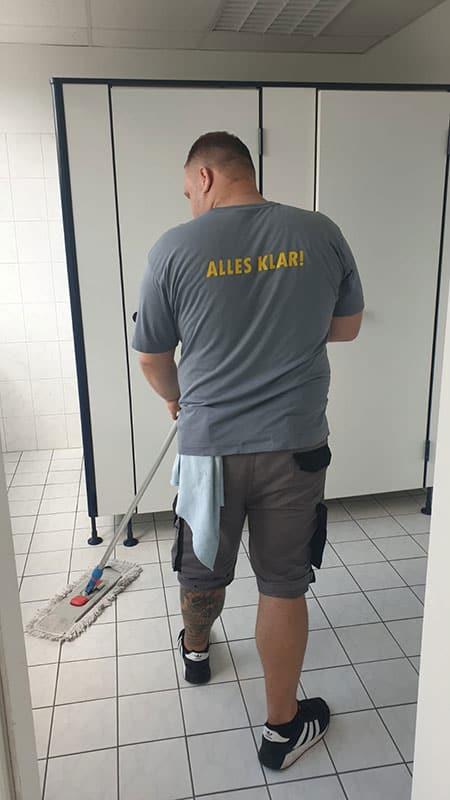 Unterhaltsreinigung Berlin - Boden wischen in den sanitären Anlagen